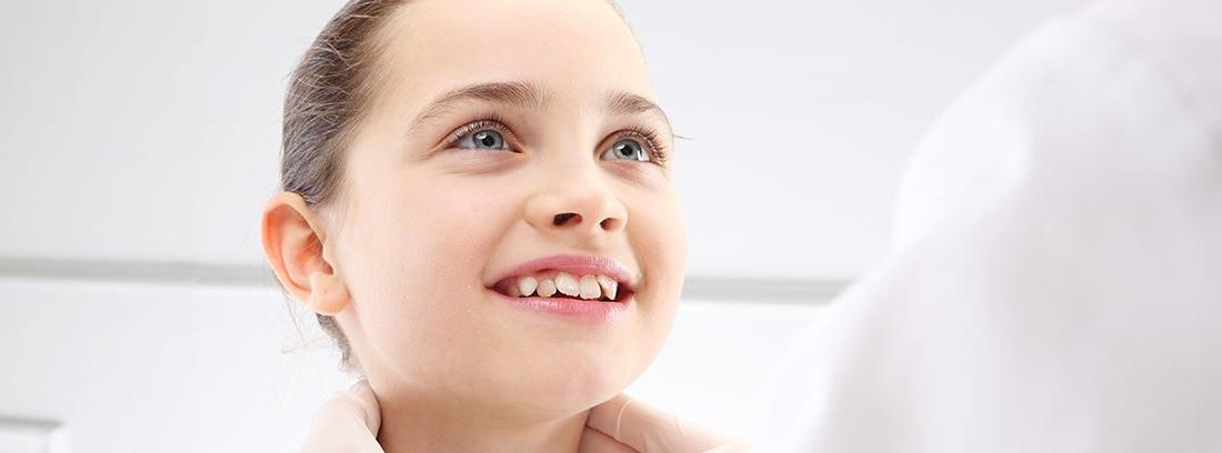 obscultación de ganglios del cuello en niña