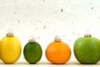 variedad de frutas imitando a las bolas de navidad