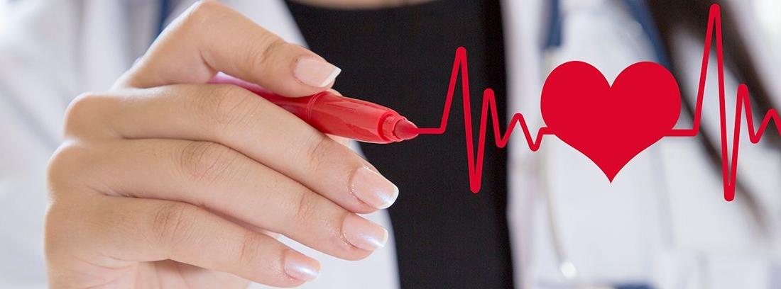 mano de mujer escribiendo pintando un corazón rojo