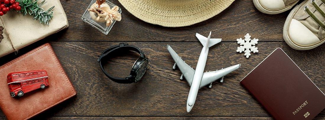 mesa de madera con diferentes objetos relativos a viajar