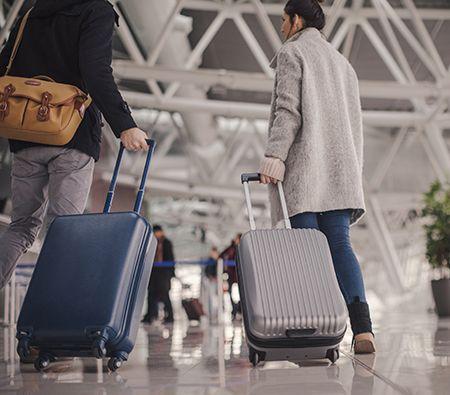 dos personas con maletas preparadas para viajar