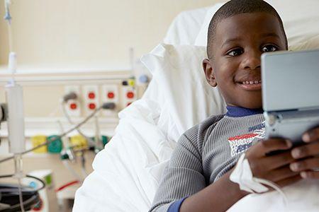 niño en hospital con un viedojuego