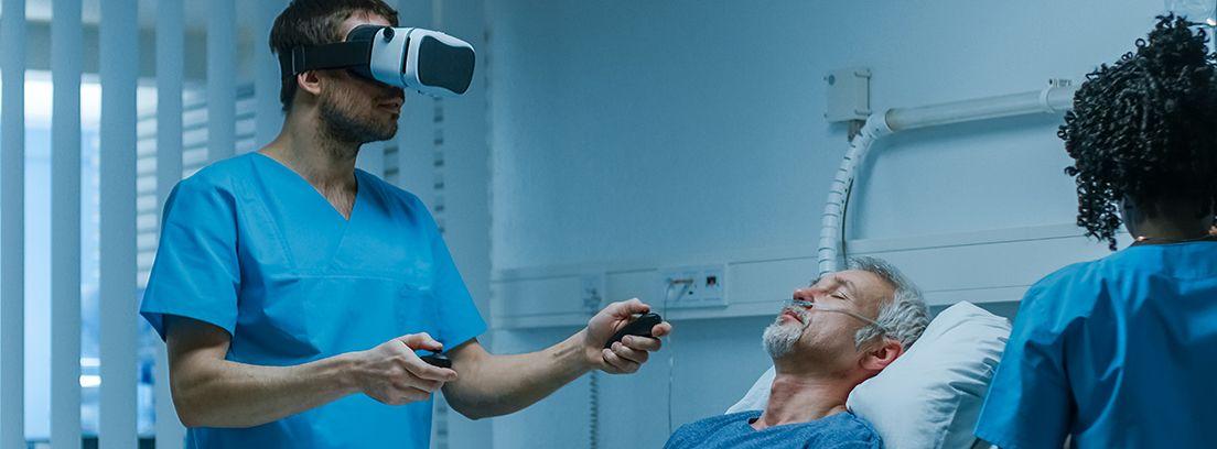enfermo y médico en hospital con gafas de realidad virtual para rehabilitación