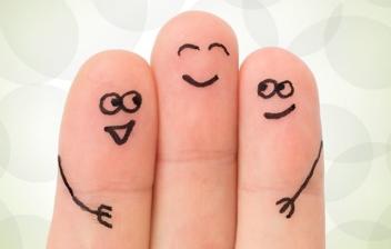 dedos que abrazan con caras