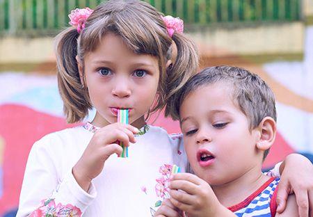 niña y niño comiendo chicle
