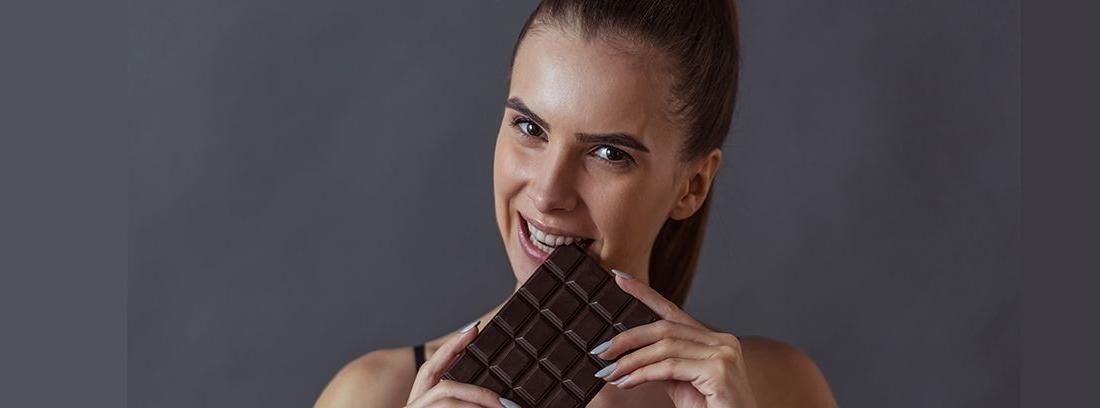 chica deportista comiendo chocolate