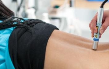 mujer tumbada en sesión de fisioterapia