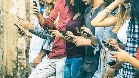 jóvenes usando el móvil