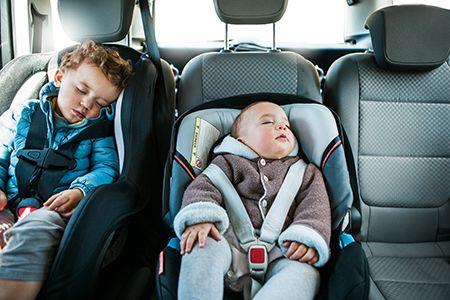 niños dormidos sentados en la sillitas de coche