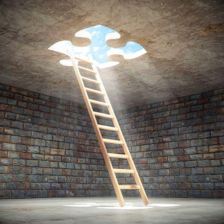 escalera hacia arriba y una pieza de puzzle iluminada