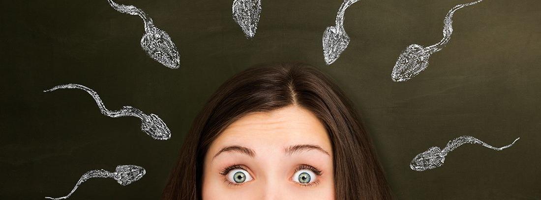 mitad del rostro de mujer con cara de asombro y dibujos de espermatozoides alrededor