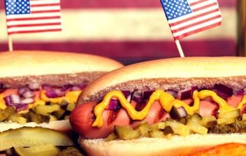 dos perritos calientes con la bandera de Estados Unidos