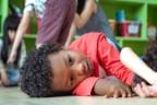 niños tumbados en clase