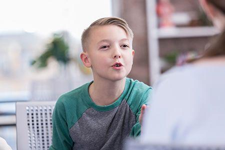 niño intentando hablar con un especialista