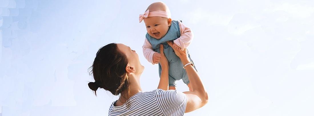 madre jugando con bebé alzándolo hacia arriba