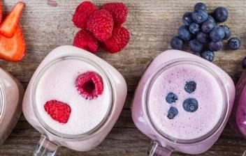 variedad de yogures con frutas