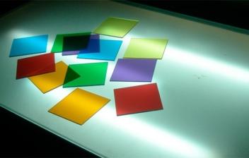 mesa de luz con cartulinas de colores