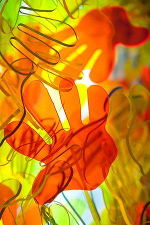 manos pintadas en mesa de luz