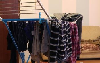 tendedero con ropa en el salón
