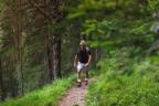 hombre paseando por el bosque