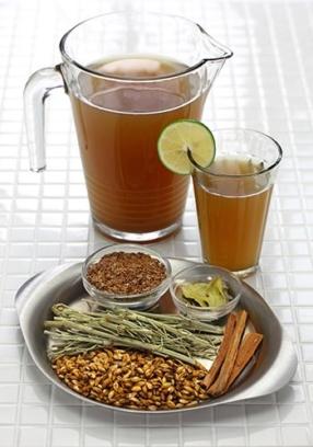 jarra y vaso con infusión de boldo y diferentes especias para prepararlo