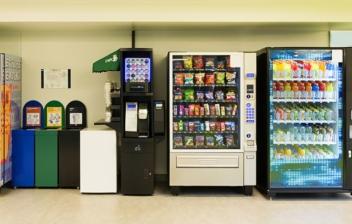diferentes máquinas expendedoras de alimentos y bebidas