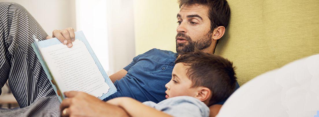 un padre leyendo un cuento a su hijo