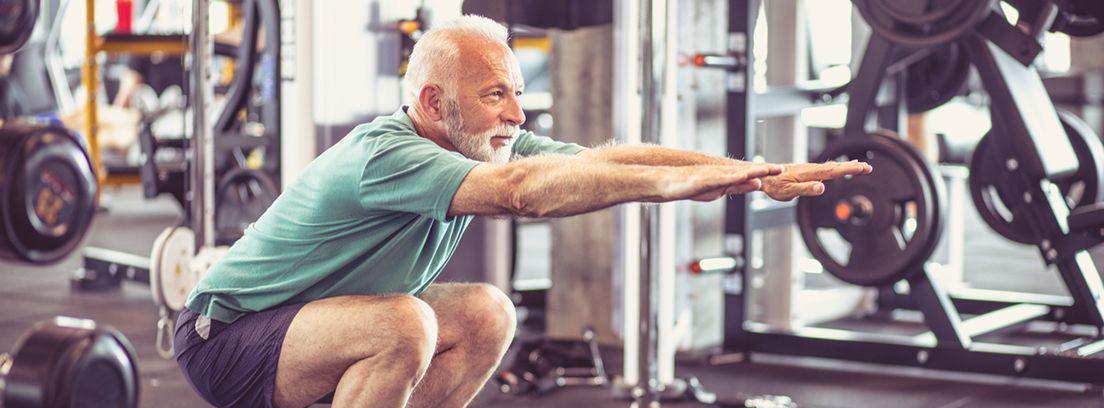 hombre mayor realizando ejercicio en un gimnasio