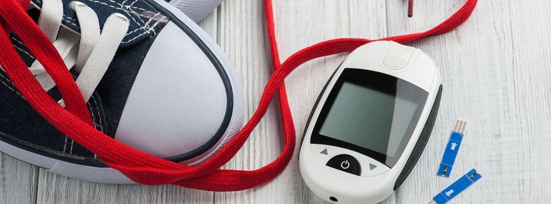 zapatillas deporte y un medidor de glucosa