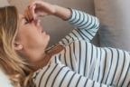 mujer tumbada con gesto de tristeza