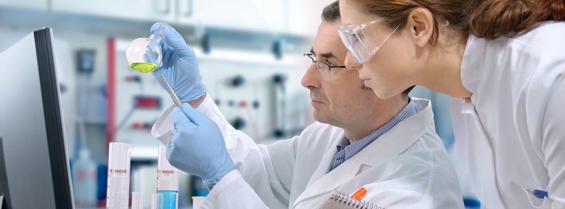 especialistas en medicina en un laboratorio analizando muestras