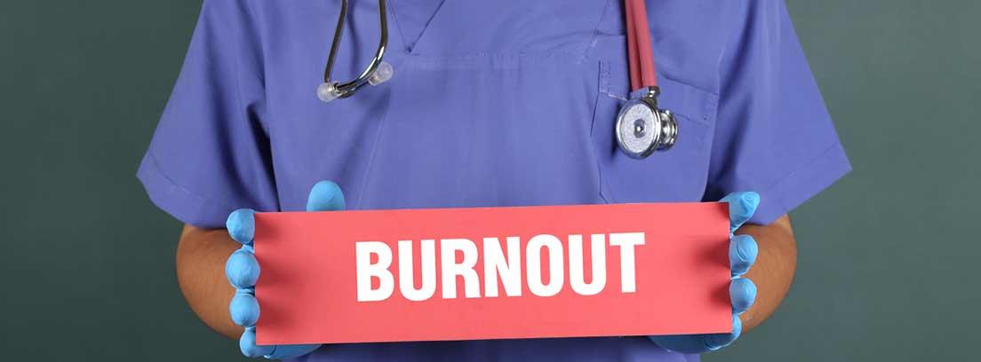 sanitario portando un cartel con la palabra burnout