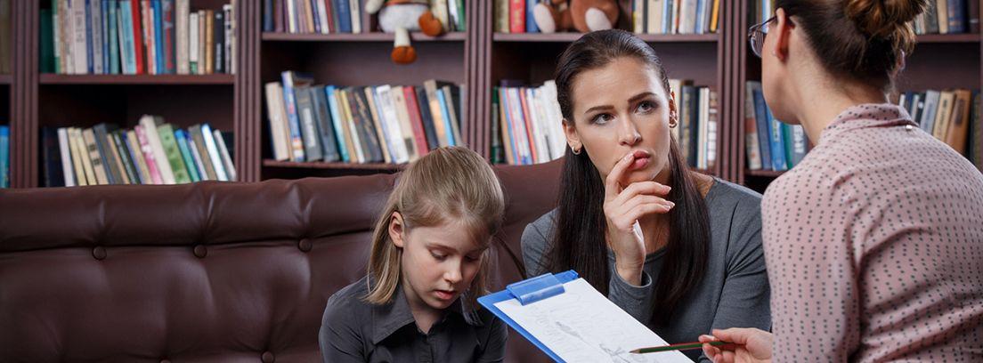 madre e hija en la consulta de un psicólogo