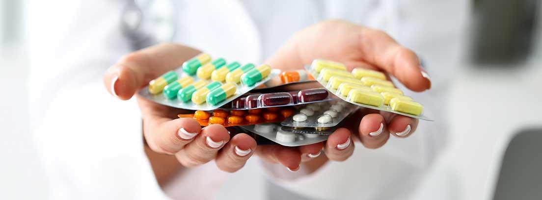 manos abiertas sujetando fármacos