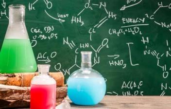 pizarra con fórmulas químicas y frascos de ensayo son sustancias químicas