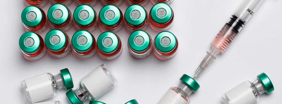 frascos de vacunas y jeringuilla