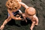 niños pegándose en la playa