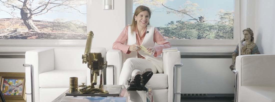 La doctora Rojas sentada durante la entrevista de MAPFRE.