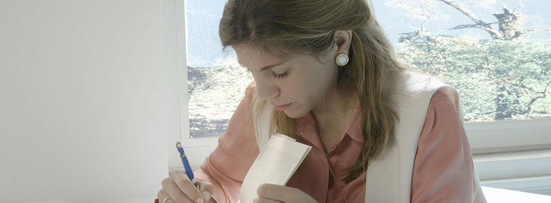 La doctora Rojas firmando uno de los ejemplares de su libro.