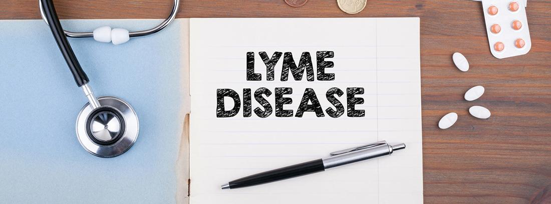 hoja escrita con la palabra enfermedad de lyme, un endoscopio y unas pastillas