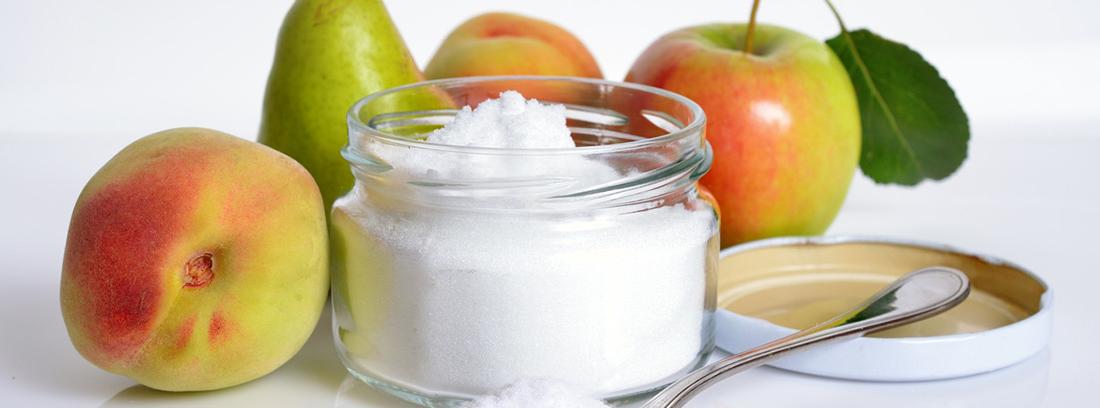 diferentes frutas y un azucarero