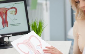 mujer en consulta de ginecología