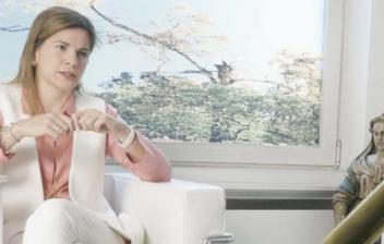 Marian Rojas sentada en consulta en una imagen extraída de la entrevista.
