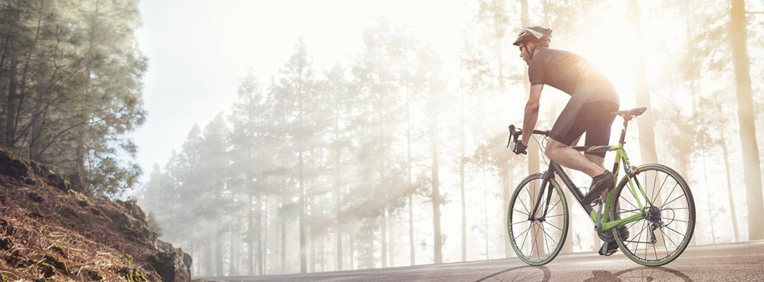 ciclista paseando por el bosque
