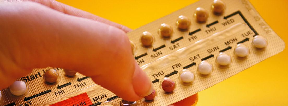 mano sobre pastillas anticonceptivas