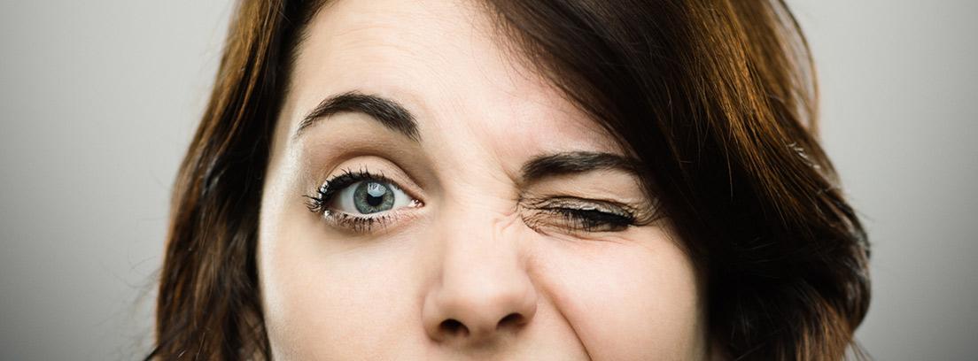 mujer guiñando un ojo