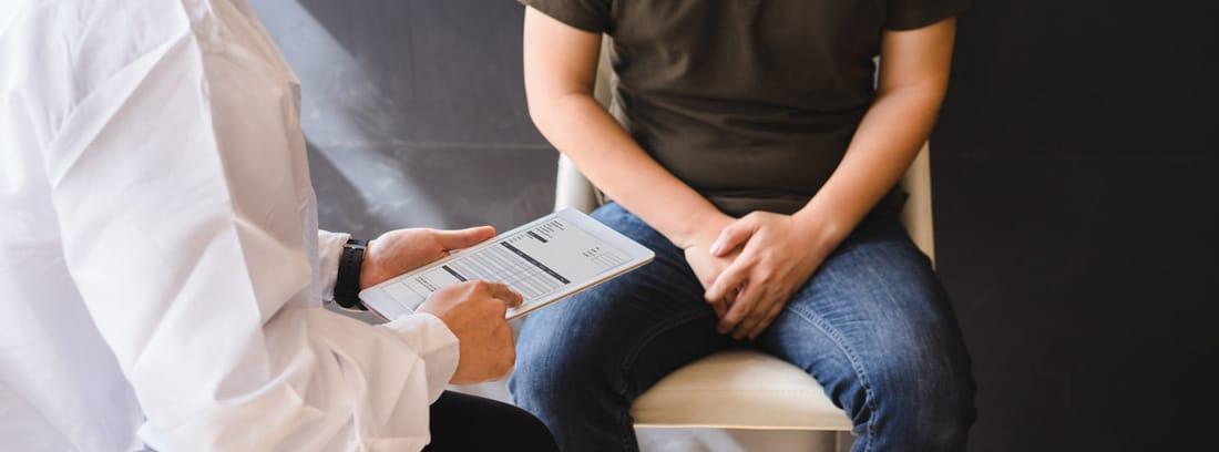 médico diagnosticando cáncer de próstata