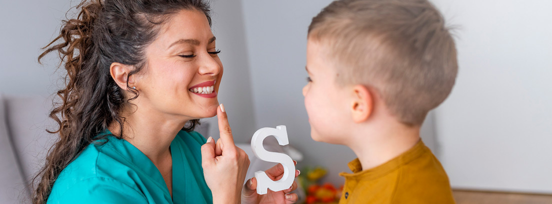 terapeuta del habla en sesión con un niños pequeño