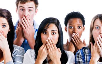 jóvenes con las manos tapándose la boca