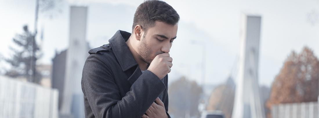 hombre joven tosiendo